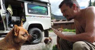 Sergio Medeiros e Eleni Alvejan saíram de São Caetano do Sul, na Grande São Paulo, para uma viagem rumo ao Alasca, no extremo norte da América, onde devem chegar em 2016. Por onde passam, um objetivo: ajudar cachorros de rua, seja com comida, água e cobertores ou apenas carinho Divulgação